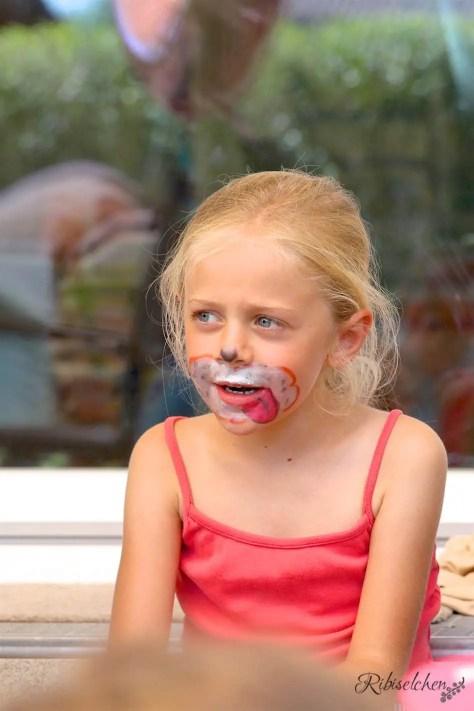 Mädchen als Hund geschminkt