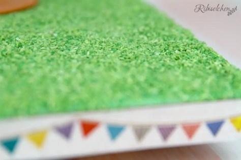 essbares Gras auf Tortenplatte