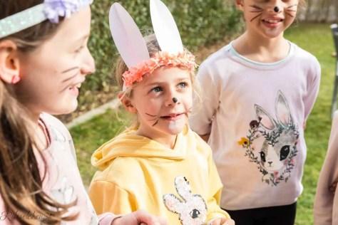 Als Hase verkleidetes Kind