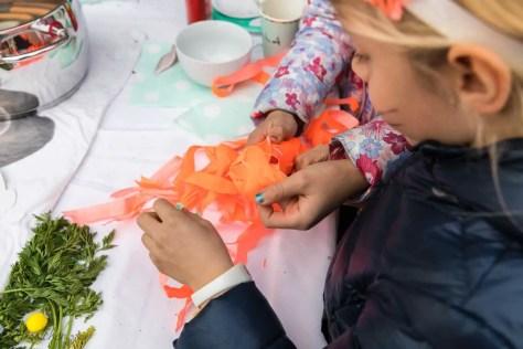 Kinder öffnen die Karotte