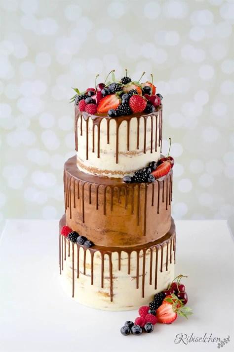 dreistöckiger Semi-Naked Cake mit Schokodrip und Früchten