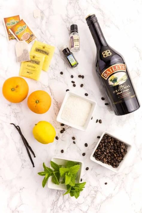 verschiedene Geschmackszutaten, wie Orangen, Zitrone, Vanilleschoten, Baileys, Extrakte, Tee, Kaffee liegen auf einem Tisch