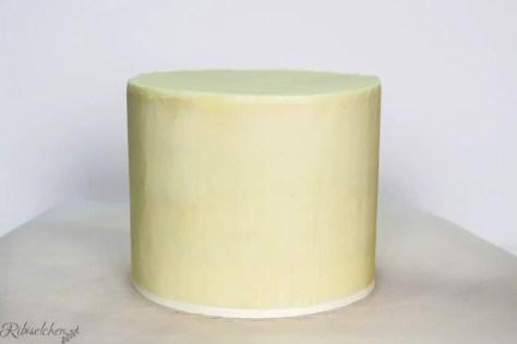 mit weißer Ganache eingestrichene Torte