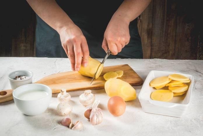 tagliare le patate a fette