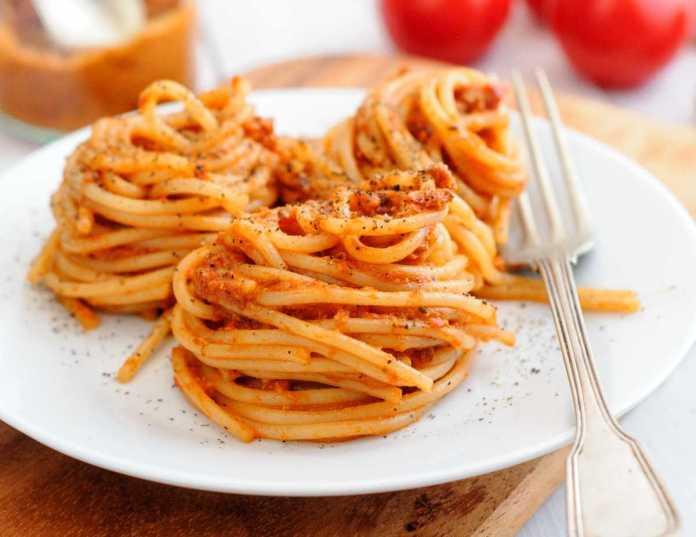 Spaghetti con pesto di pomodori