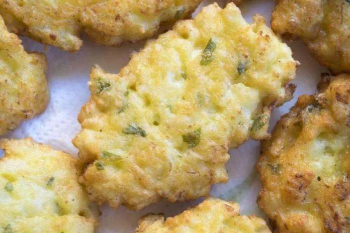 Frittelle di zucchine e speck veloci al forno - ricettasprint.it