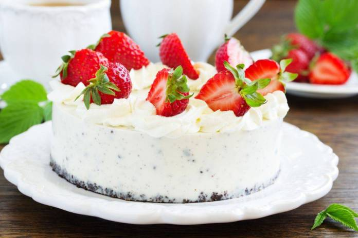 Torta semifreddo Oreo con fragole - ricettasprint.it