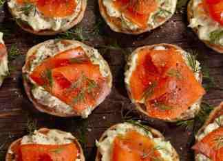 Ricette di Natale: tartine con salmone e crema di avocado