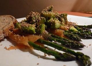 Involtini di salmone e asparagi con salsa di avocado