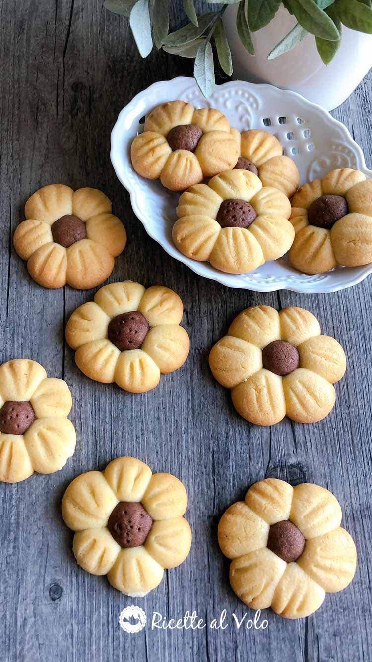 Biscotti di pasta frolla a forma di fiore