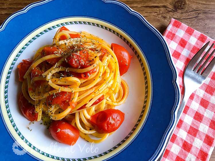 Spaghetti veloci in padella con pomodorini e peperoncino