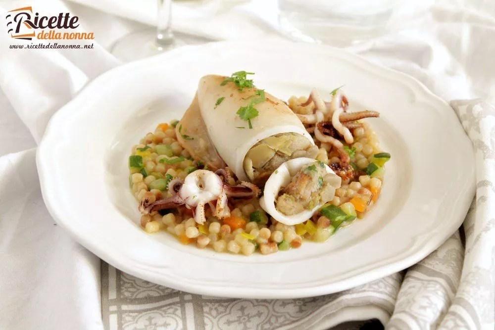 Calamari farciti con carciofi in salsa di fregola