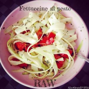raw fettuccine zucchine pesto vegan