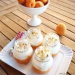 Composta di albicocche, meringa e pistacchi in barattolo   Apricot compote, meringue and pistachio jars
