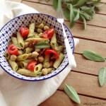 Pasta fredda al pesto di zucchine e salvia  con ceci e pomodorini | Zucchini sage pesto, chickpea and tomatoes pasta salad