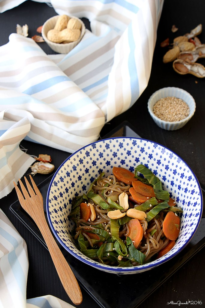 Spaghetti di konjac con arachidi e verdure Shirataki noodles stir-fry