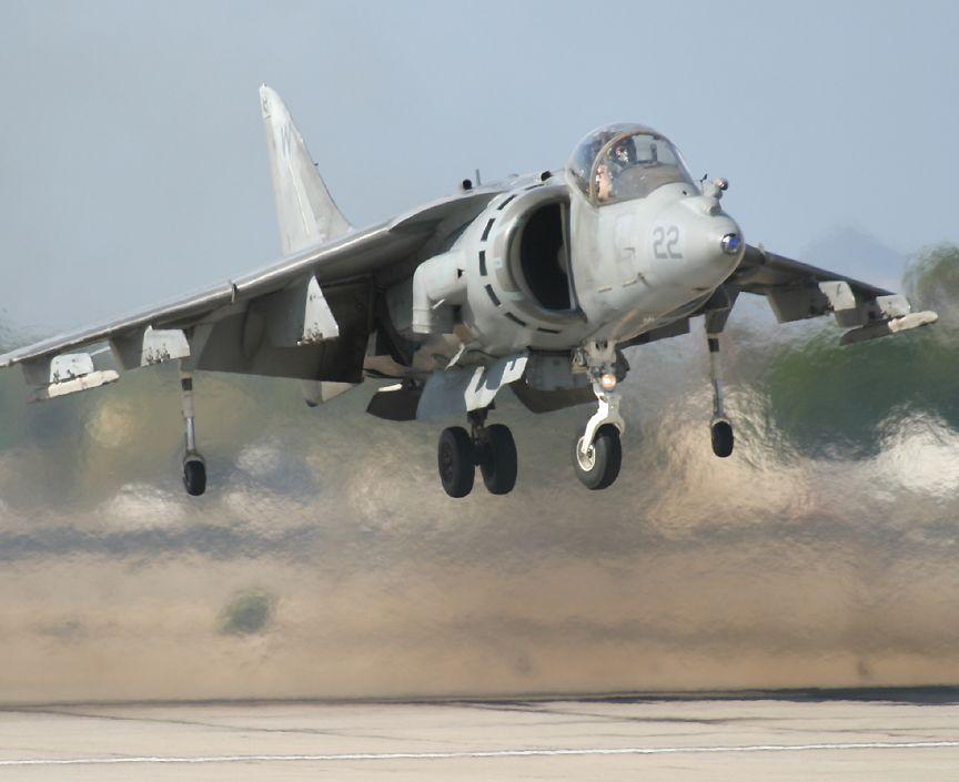 https://i0.wp.com/www.richard-seaman.com/Aircraft/AirShows/Yuma2005/Flying/HarrierNearGround.jpg