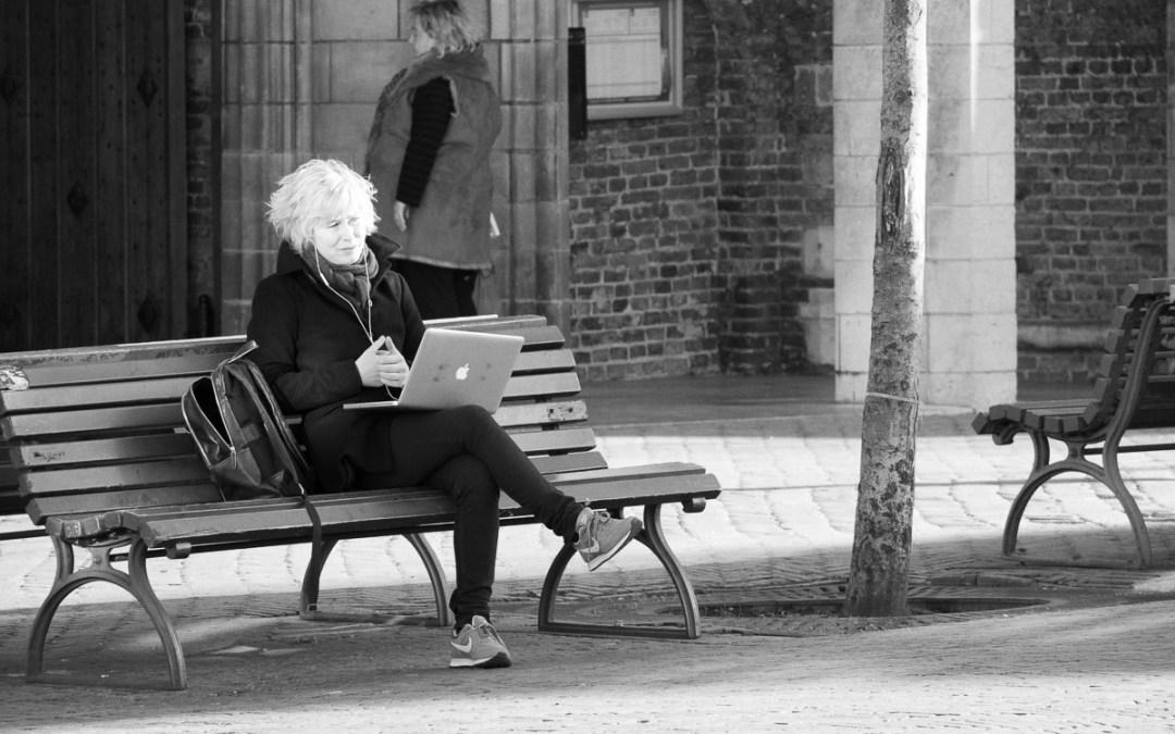 Waarom niet midden op het plein Facetimen met een collega?