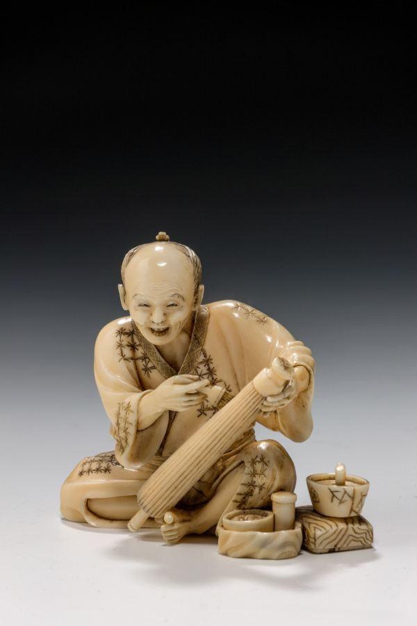 ANTIQUE JAPANESE IVORY OKIMONO OF A PARASOL MAKER