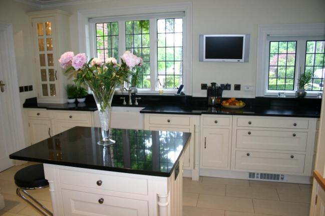 Centre island and sink counter in Belfast Black