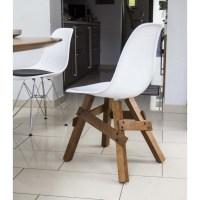 Design Stuhl weiße Sitzschale, Gestell aus Massivholz ...