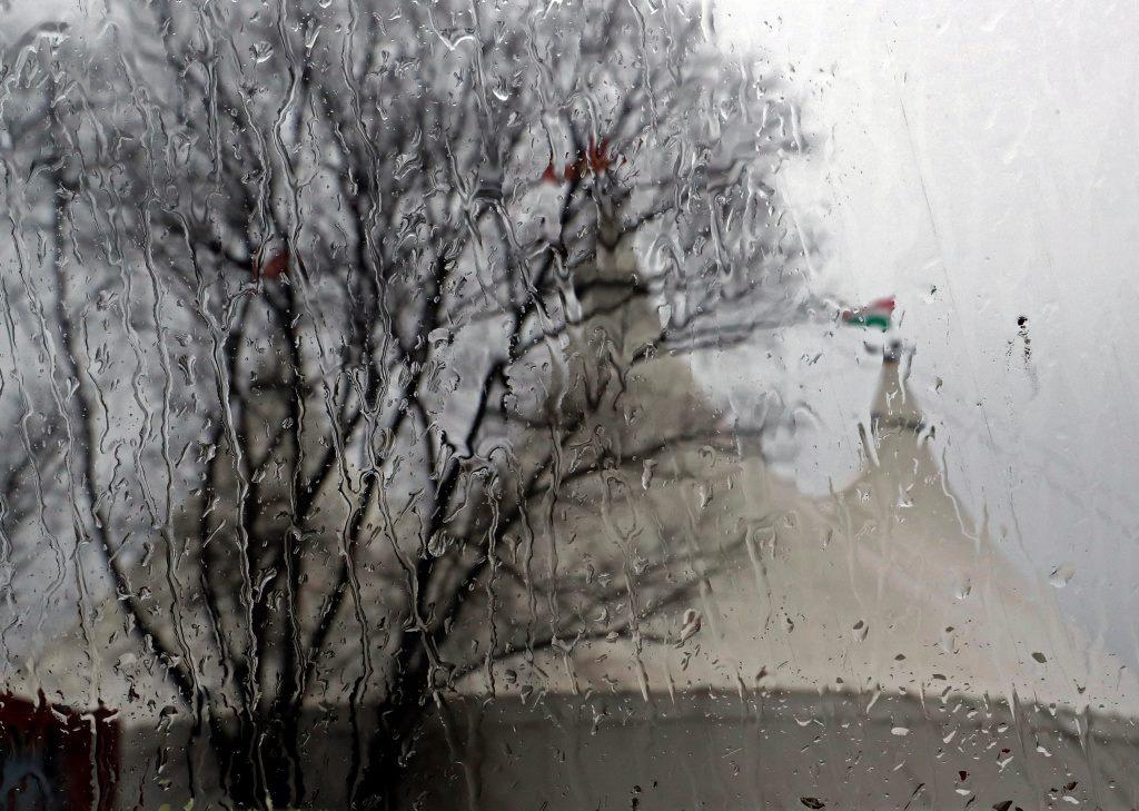 Esik az eső, de a sátor már áll