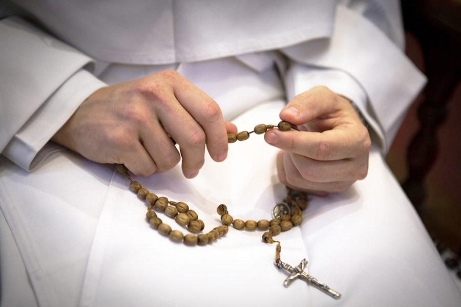 Questa immagine ha l'attributo alt vuoto; il nome del file è Papa_Francesco_rosario.jpg