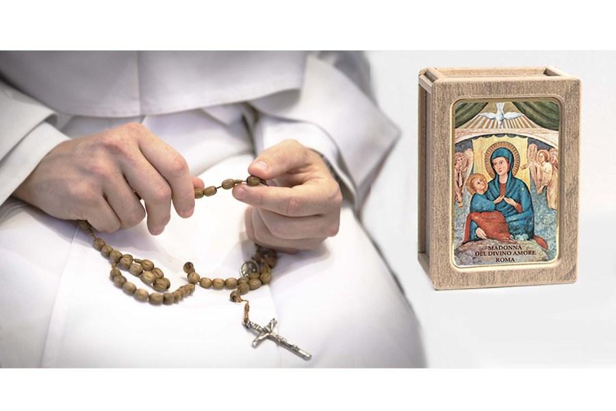 Questa immagine ha l'attributo alt vuoto; il nome del file è rosario_Papa_Francesco-1024x683.jpg