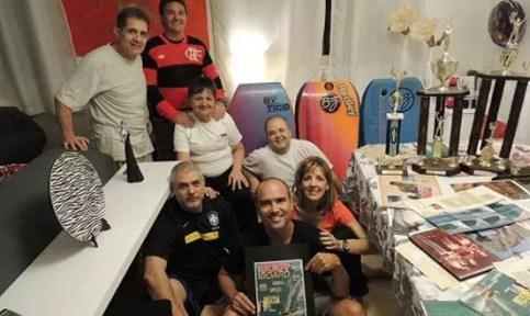 a esquerda da foto, ao meu lado, Robertinho que deu a primeira prancha ao Xande e o restante é tudo familia Pontes (irmaos, mae, primo e cunhado deXandinho)