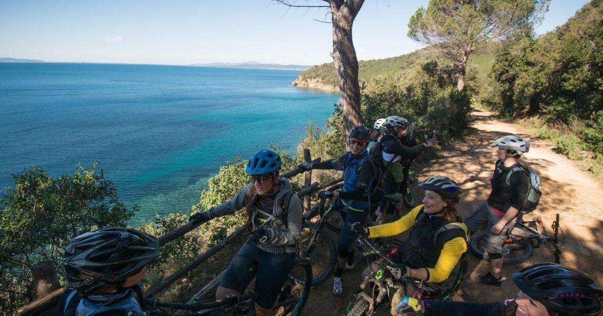 pedalare d'inverno in mtb le ragazze lungo la strada che porta a Calaviolina