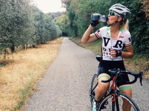 idratazione donna in bici e che beve dalla borraccia