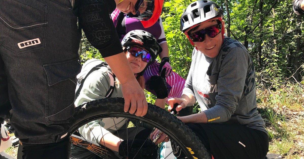 Girls Stories donne e ciclismo Anna Caroline Chausson ripara una foratura