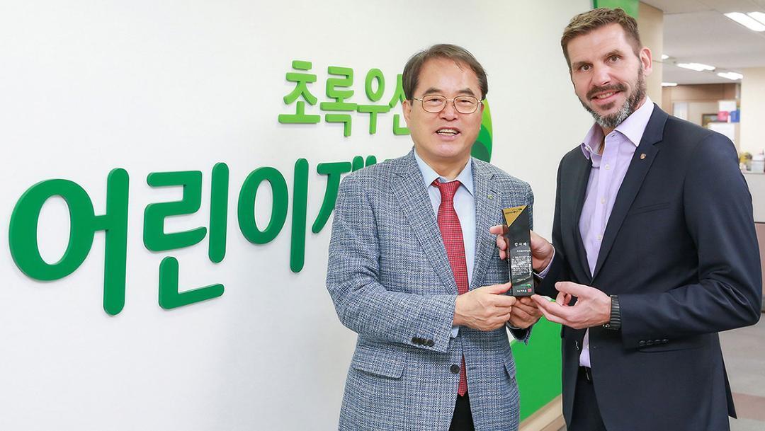 Je-Hun Lee, President of ChildFund Korea, Michael Kirsch, handling executive of Porsche Korea, l-r, 2019, Porsche AG