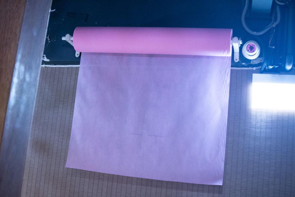 ベッドに敷かれる使い捨ての衛生シーツ
