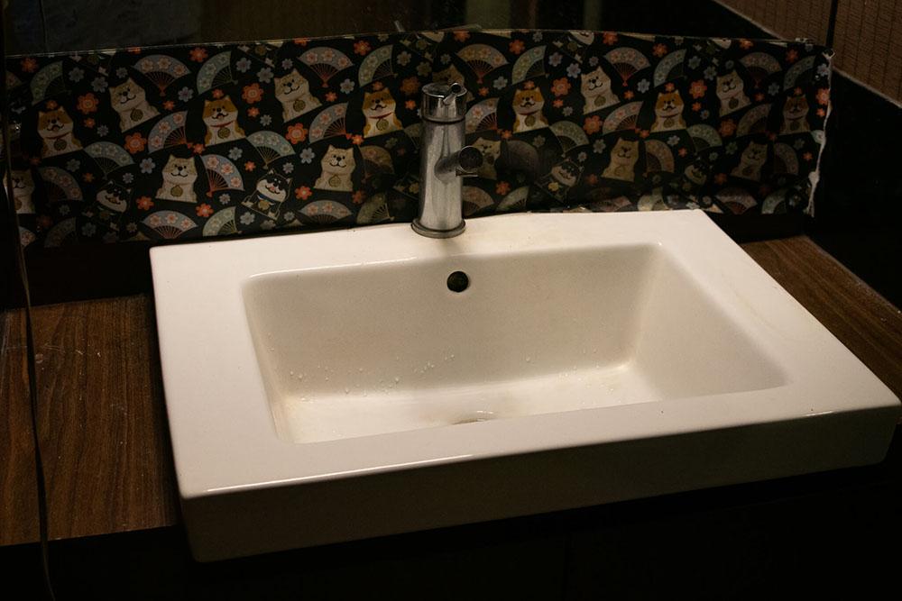 地下の洗面台