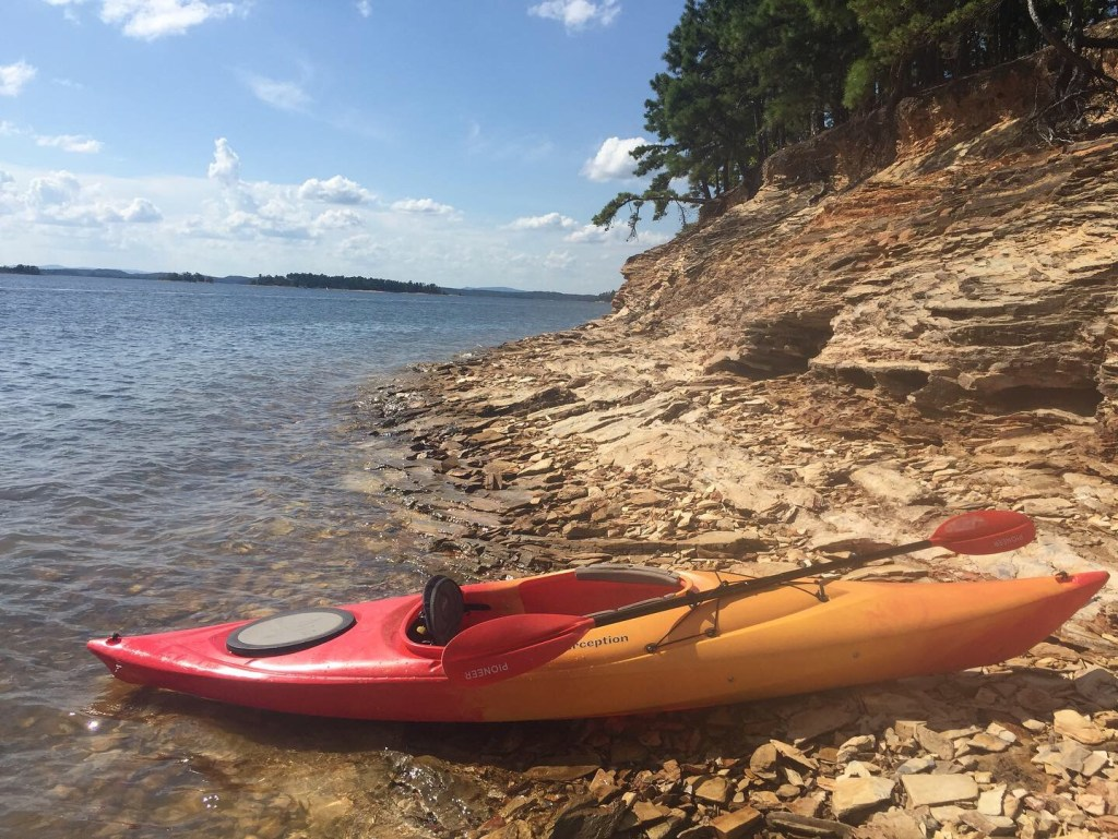 A kayak is shown on the shores of Lake Ouachitas in regulations with Arkansas kayak laws