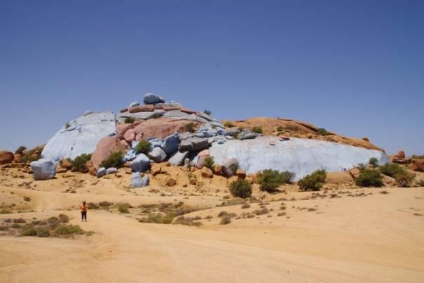 Bemalte Steine in der Wüste