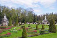 Die großen Kaskaden im riesigen Schlosspark ...
