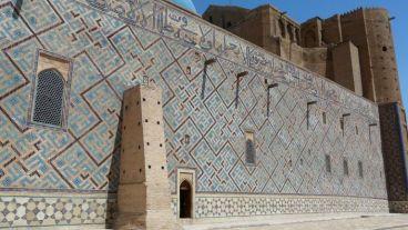...mit den Seitenmauern mit Majolika-Mosaiken verziert...