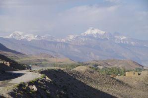 ...und auf die beiden über 6500 Meter hohen Peak Engels und Marx auf der tadschikischen Seite.