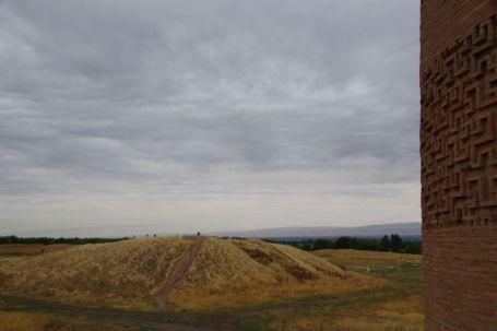 Die Reste der alten kurachanischen Hauptstadt Balasagun (10. Jahrhundert) unter dem Hügel...