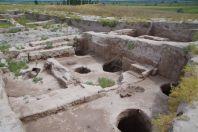 ...nur noch wenige Wallreste und einige Grundmauern von sakralen Gebäuden und Wohnkomplexen sind zu sehen
