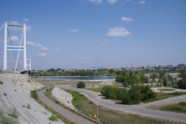 Gesamtansicht von Semey von Süden aus mit Auto- und Eisenbahnbrücke