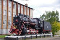 Güterzuglock aus den Kriegsjahren 1941-1945, im Hintergrund landestypische Plattenbauten aus den 1970iger Jahren