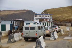 Die kleine Fähre bringt uns kostenfrei zur Insel Olchon