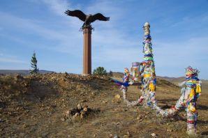 Der mächtige Adler-Ovoo umringt mit Hunderten glücksbringender Steinhäufchen...