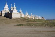 ...mit seinen wehrhaften 400x450m langen Außenmauern und den 108 eingelassenen Stupas...