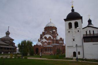 ...mit der Dreifaltigkeitskirche, St. Sergiuskirche (je 1551) und der Kuppelkathedrale Heilige Mutter Gottes (1898)
