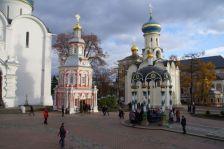 ...ein religiöses Zentrum mit einer Brunnenkapelle...