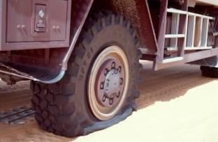 Aber schon kurz nach der Abfahrt nach Idri ist der Reifen platt.